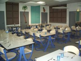 Petite salle restaurant scolaire avec couverts